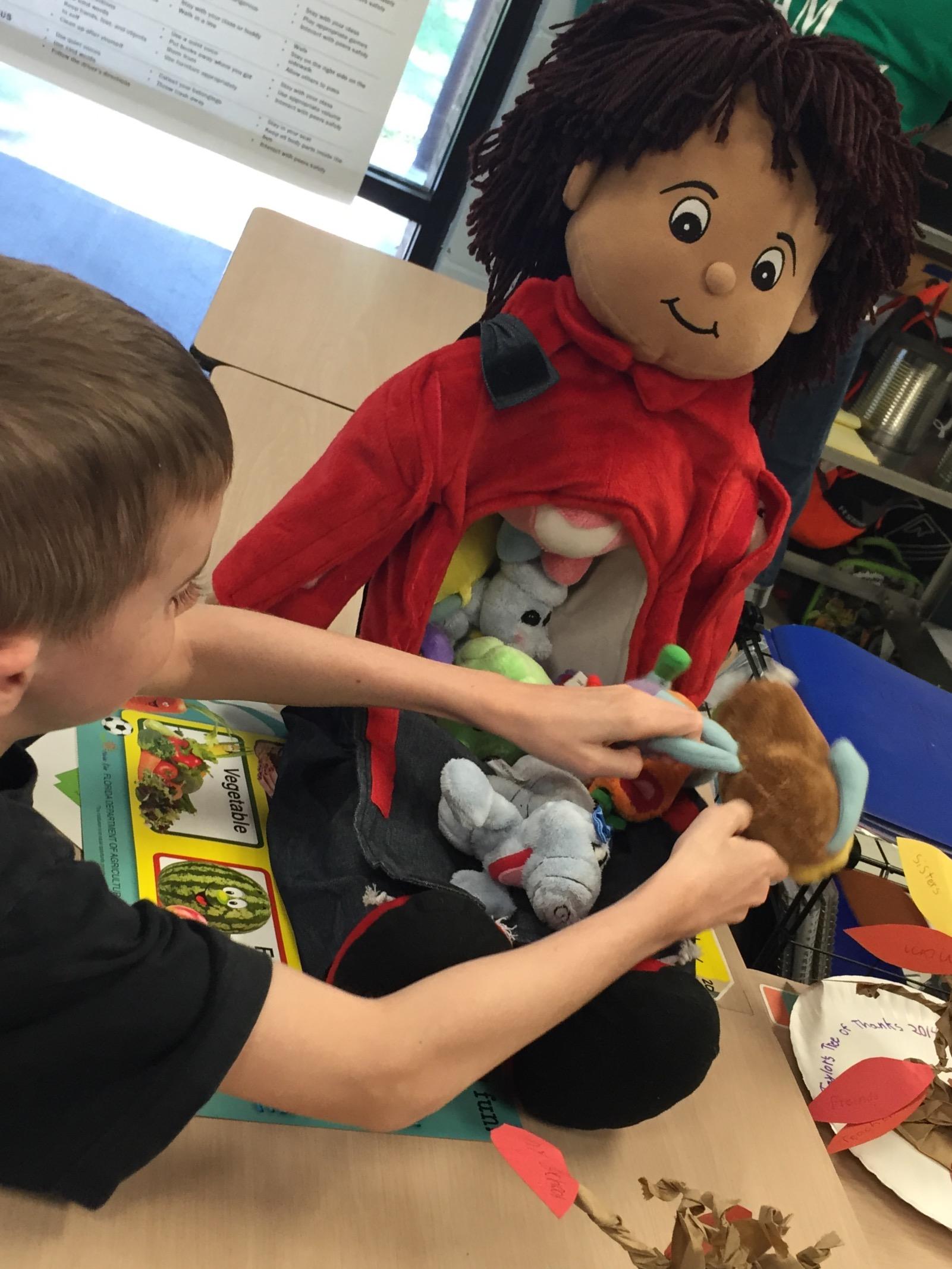 A second grade student explores Andy's organs.